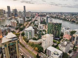 Superb Lifestyle & Solid Income in Kangaroo Point  | Resort Brokers ID : MR006611