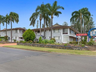 Motel with stunning views overlooking Clifford Park Turf Club in Toowoomba - 1P4900M
