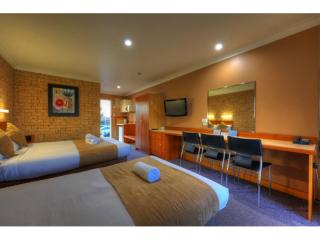 NSW COASTAL MOTEL OF 16 ROOMS SHOWING OVER 32% RETURN! LEASEHOLD FOR SALE