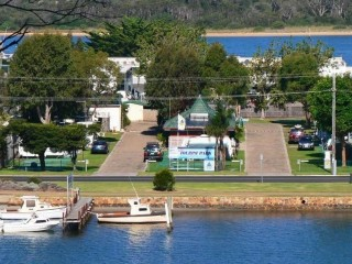 Perfectly located Caravan park with your own 10 berth jetty.