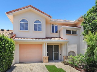 Fabulous townhouse in sought after gated complex – Ideal for owners or investors